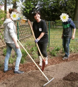Dagmar Walther im Schulgarten mit Cindy Berlin und Justus Weituschat